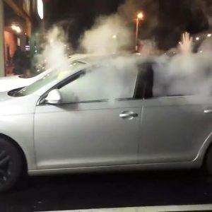 Een auto gevuld met damp